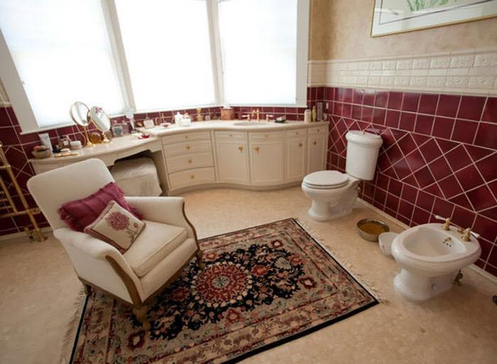 Bad real estate listing photos chair in bathroom